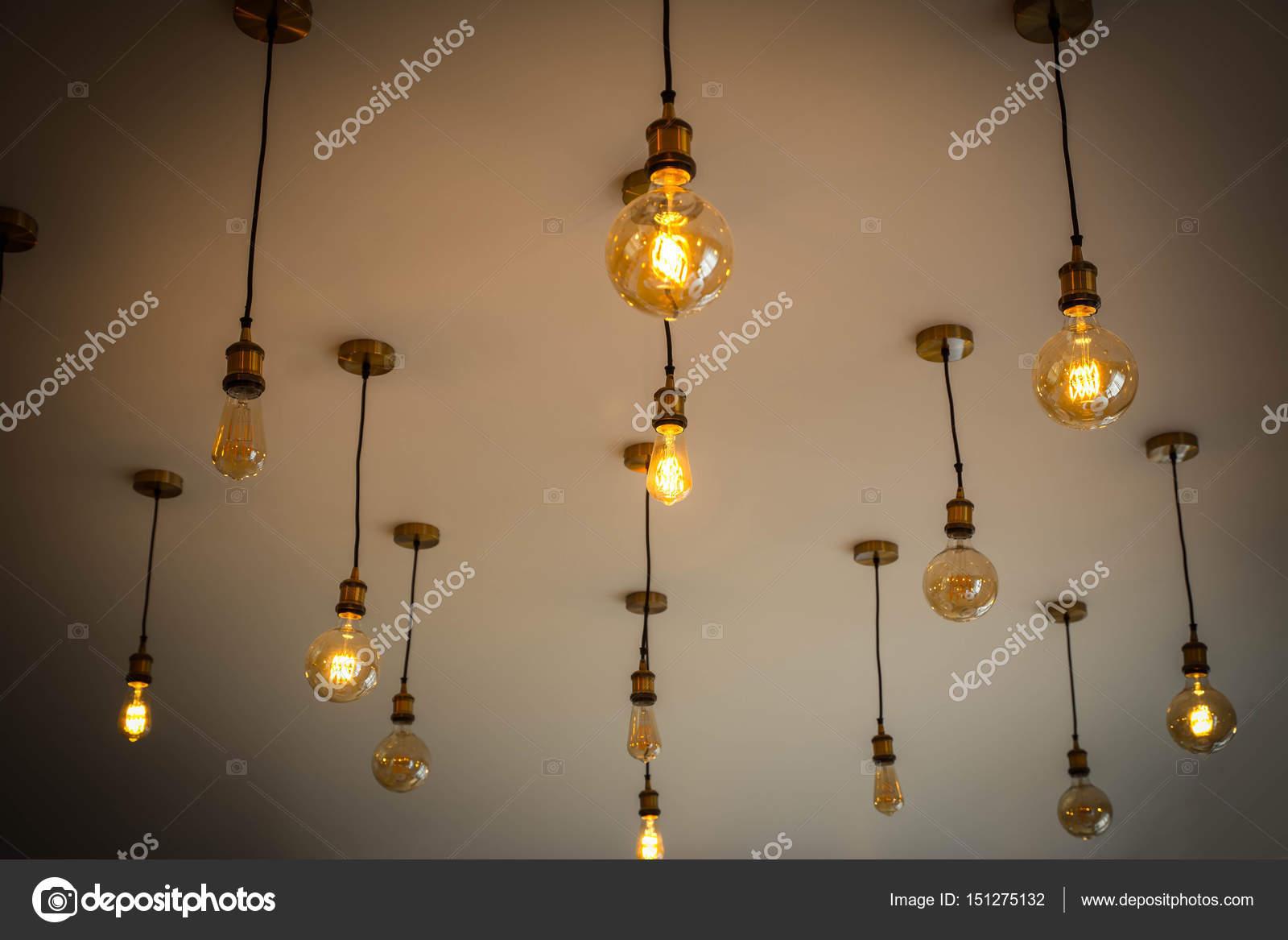 Dekorative antike Glühbirnen gegen weiße Wand, interessante ...
