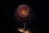Piros, narancssárga és kék tűzijáték július 4-én