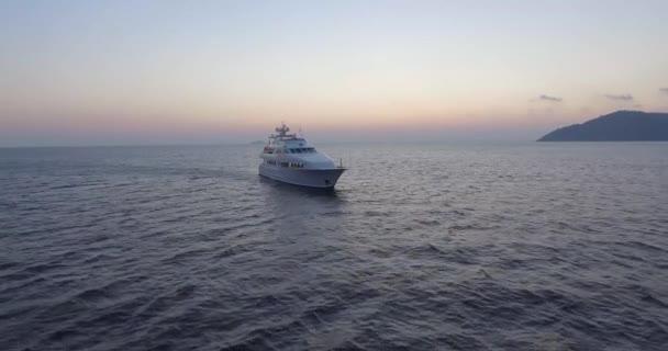 Jachta vedoucí k moři