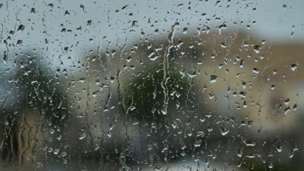 dešťová bouře proti oknu