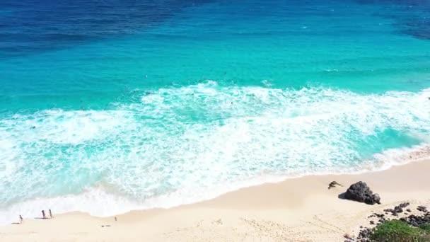 Légi drón lövés halad visszafelé fényes napos trópusi homokos tengerpart