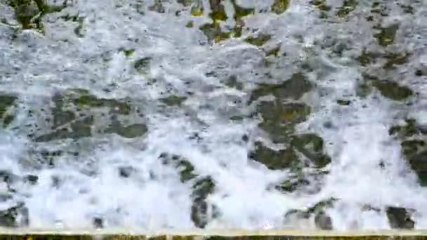 Wasserstrom mit Schaum, Wasser, Strom, Splash, Fluss, Natur, Natur, Bewegung, frisch, fließend, Strömung, schnell, Energie, Bach, sauber, Hintergrund, weiß, Welle, Turbulenzen, Flut, Gezeiten, strukturiert, Textur, Vorlage, Wirbel, Oberfläche, Surfen, Spray, Spritzen