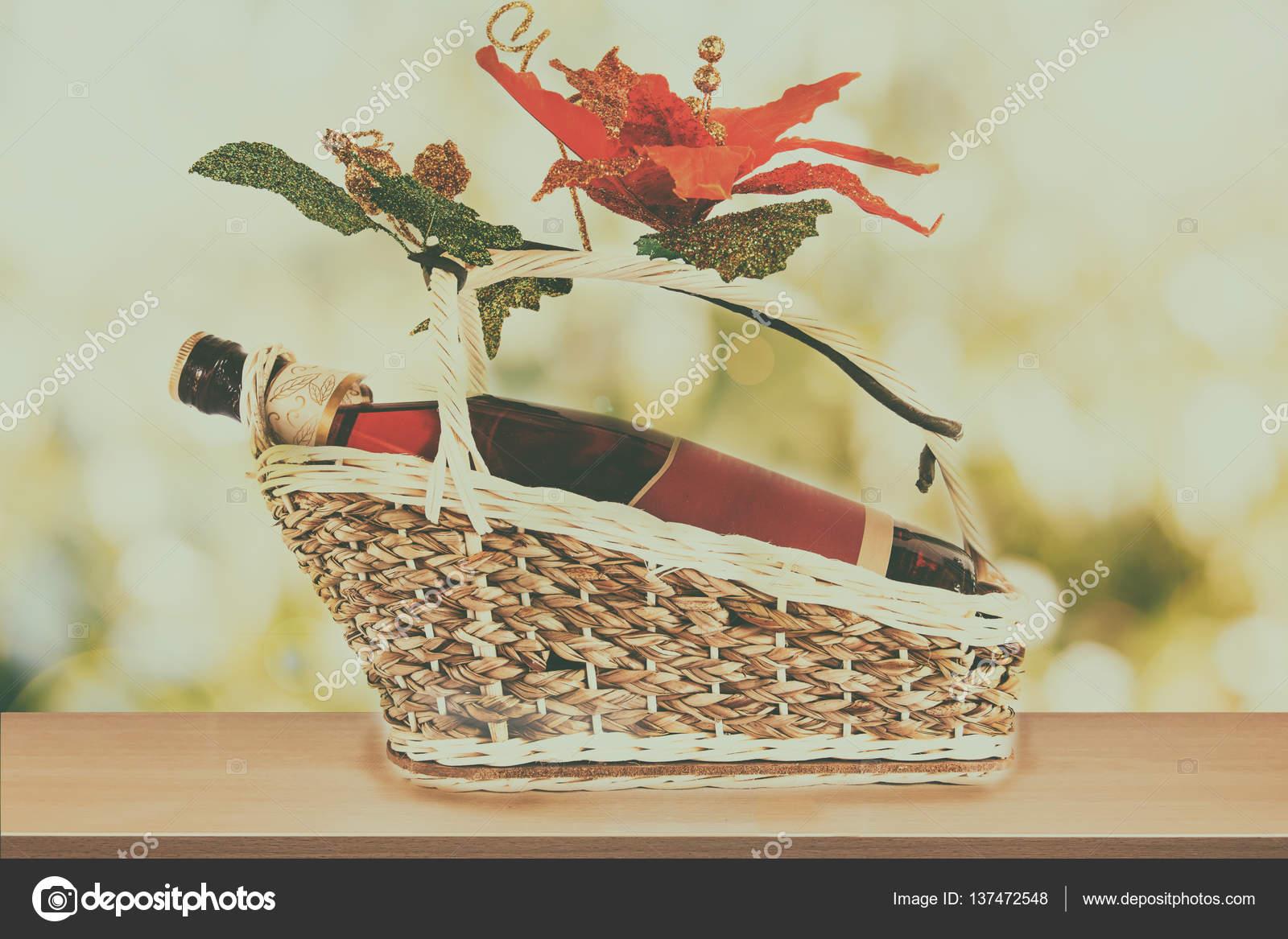 27def20788 Φιάλη κρασιού με κενή ετικέτα παρούσα καλάθι με ψεύτικο λουλούδι σε φύση  και το πράσινο φόντο bokeh ξύλινο τραπέζι για προβολή προϊόντος — Εικόνα  από ...