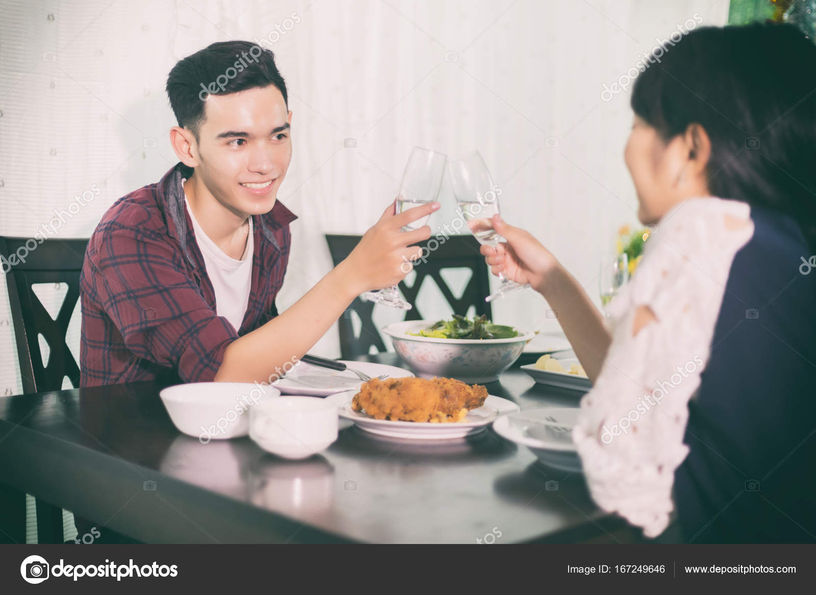Asian young couple enjoying a romantic dinner evening drinks wh — Stock  Photo