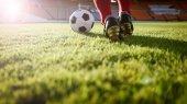 foci, vagy futball játékos a labdát a pályán ki