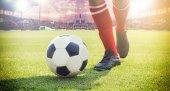 Fényképek foci, vagy futball játékos a labdát a pályán ki