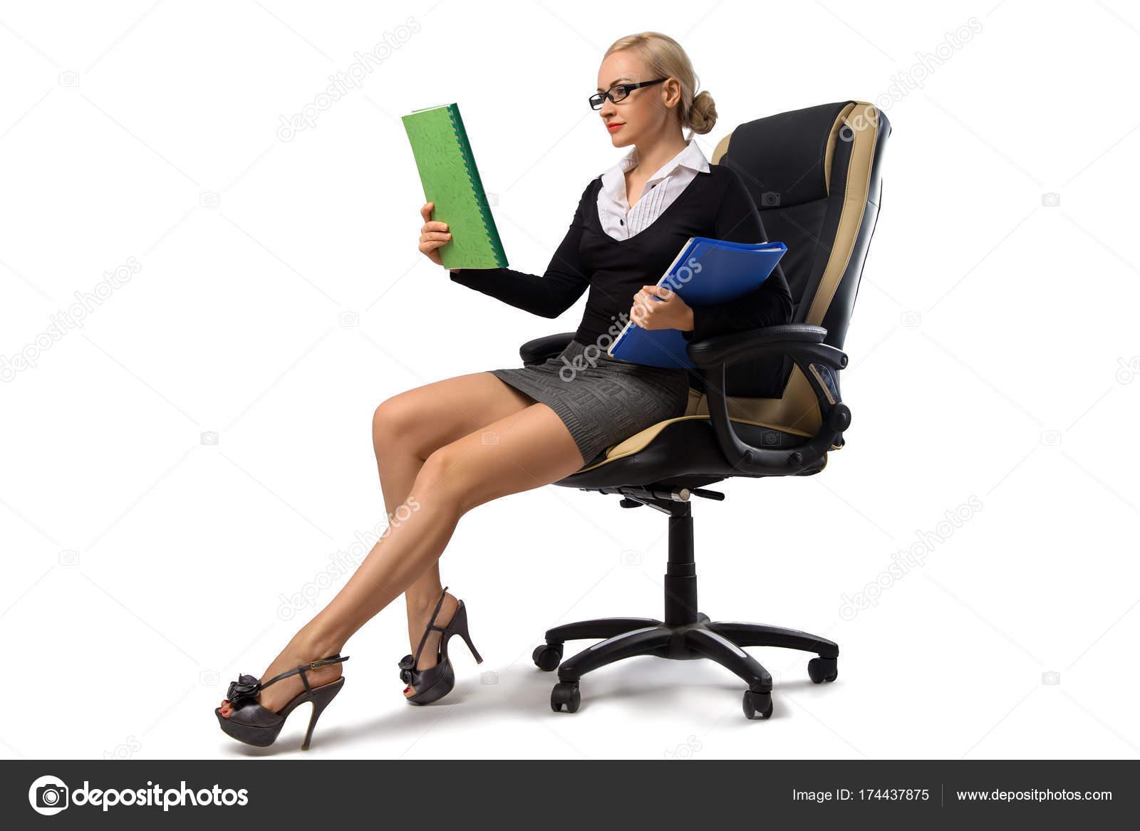 Rubia Sentada — La Foto Silla Oficina Sexy De Secretaria Stock En ED2IWH9Ye