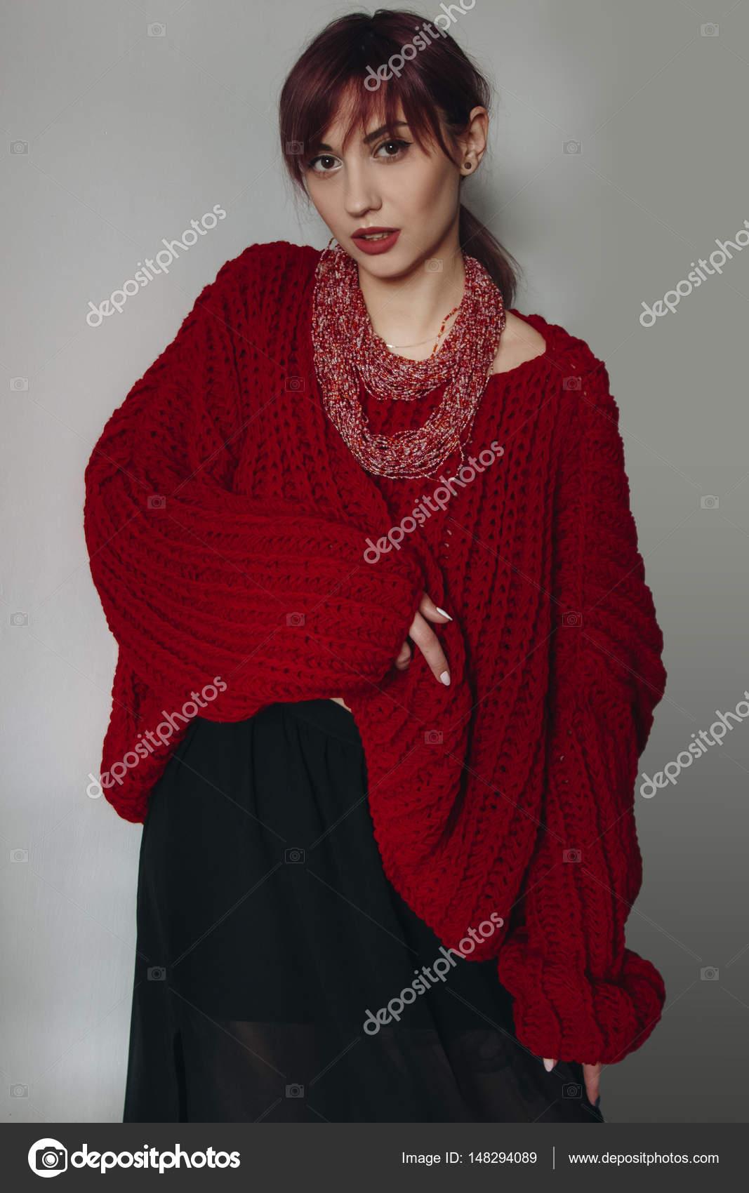 Oversized Trui Rood.Jonge Vrouw In Het Rood Oversized Trui En Zwarte Rok Stockfoto