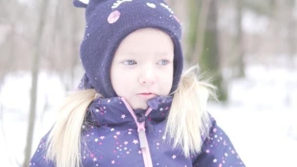 close-up pro smutnou holčičku v klobouku
