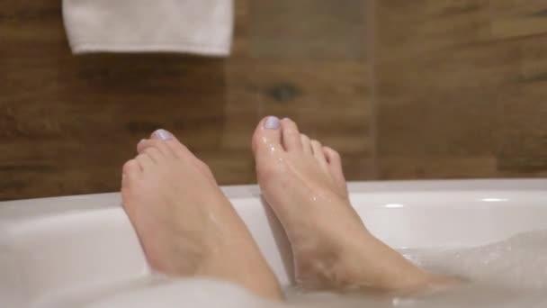 Egy nő a fürdőkádban habzik..