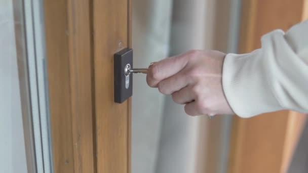 Eine Frau steckt einen Schlüssel in ein Schlüsselloch