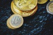 Fotografie Bitcoin und Euro-Münze