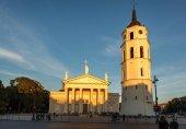 Zvonice a bazilika na náměstí