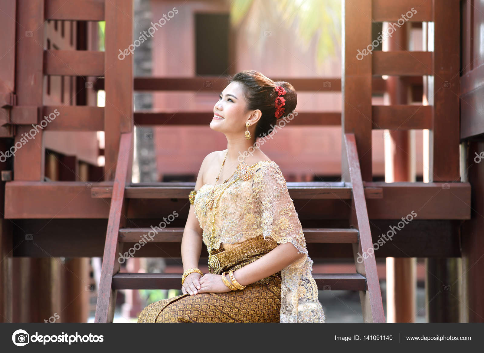 2b0819a7a Beautiful Thai girl in Thai traditional costume — Stock Photo ...