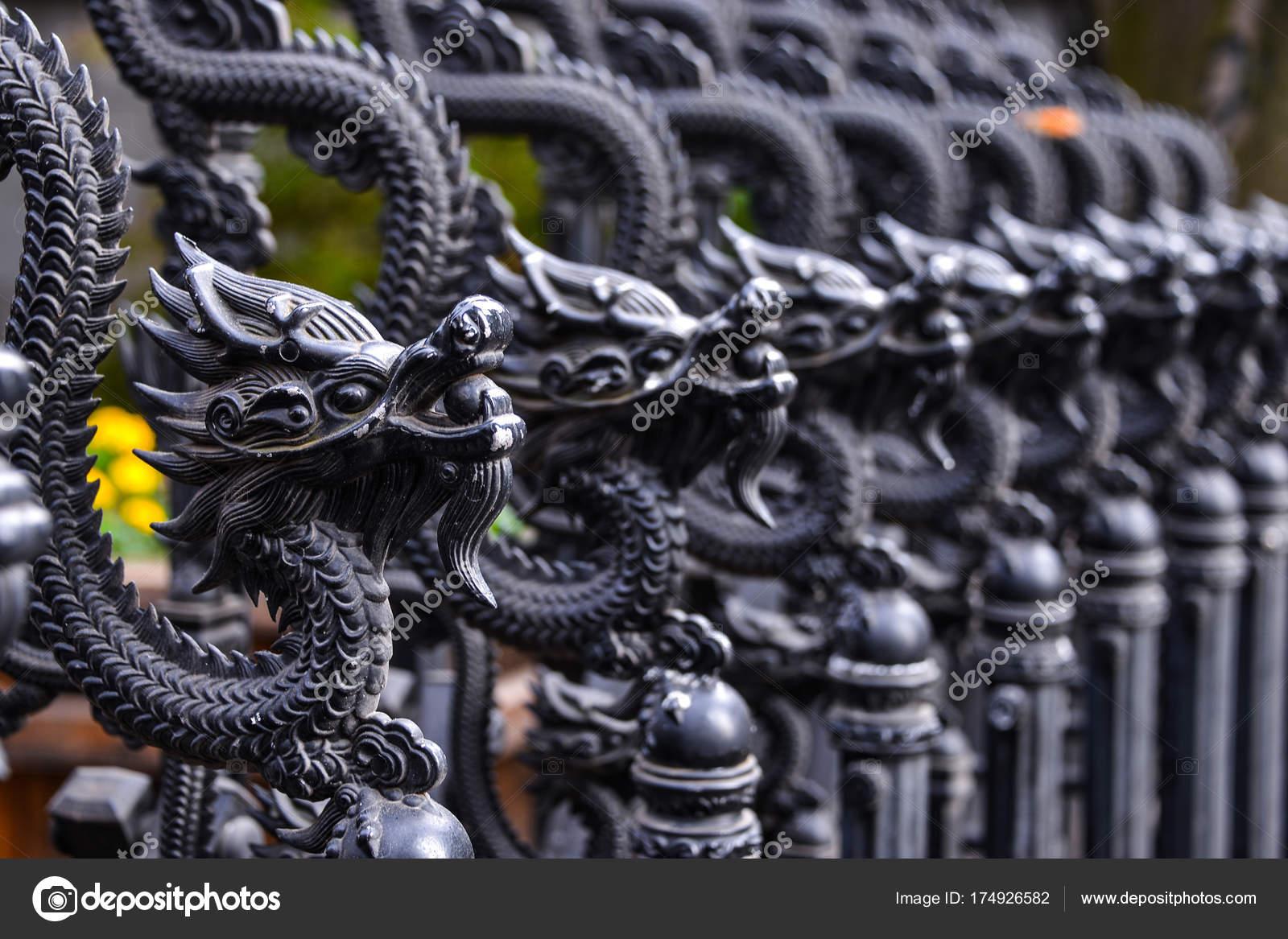 Der Schwarze Drache Verziert Am Zaun Und Tor Stockfoto