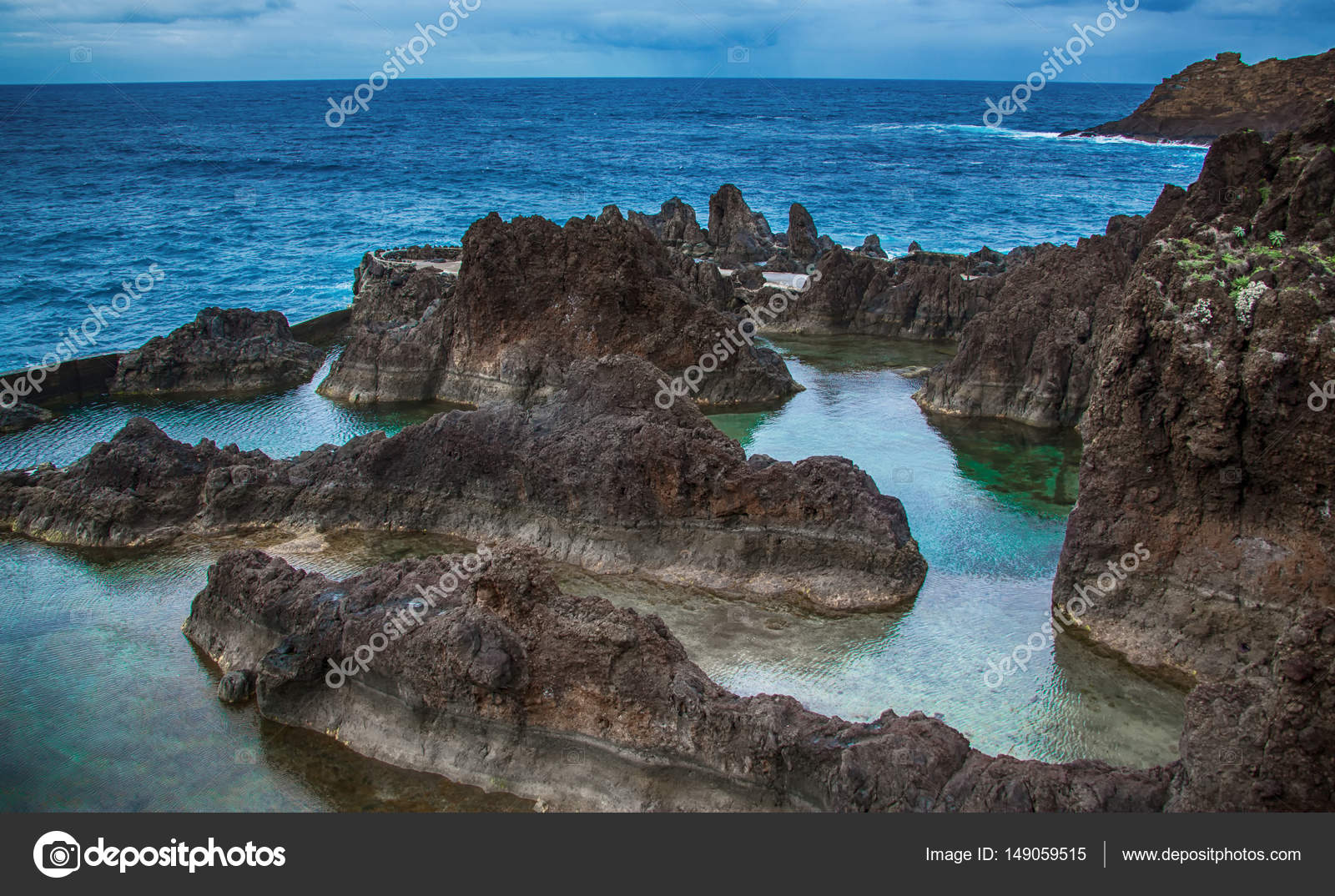 The natural swimming pools at porto moniz madeira island for Portugal piscinas naturales