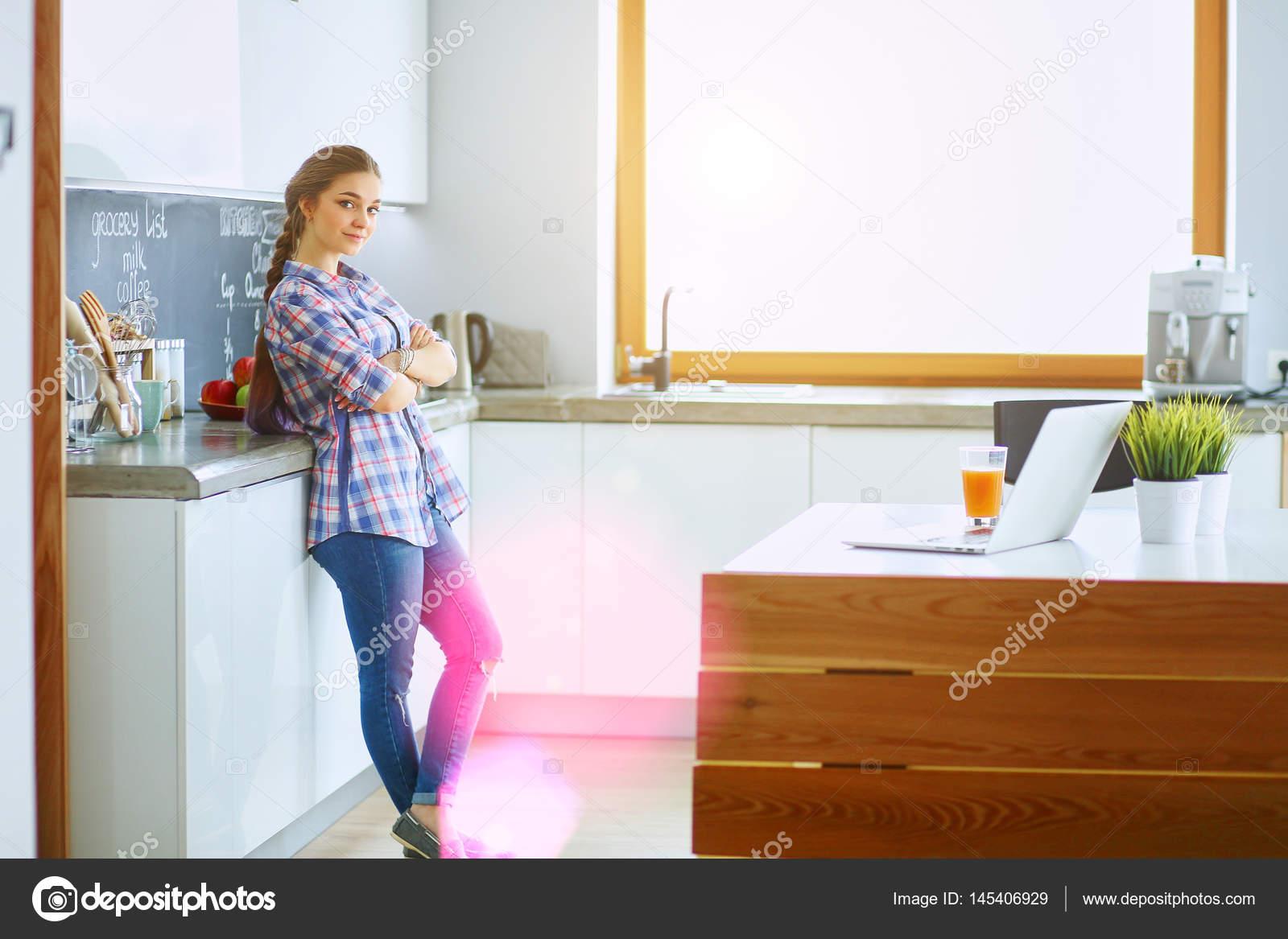 Hermosa mujer cocinar pastel de pie de cocina cerca de escritorio ...