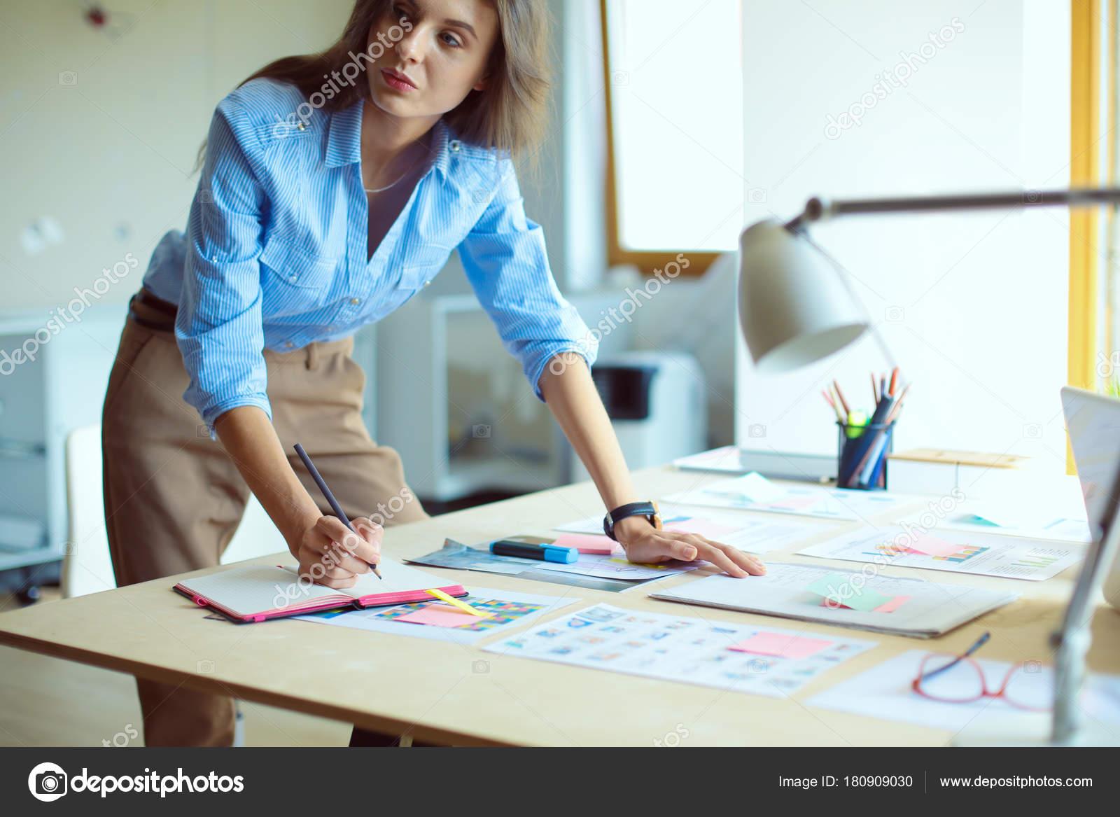 Trabajo Mujer Joven Sentada En Un Escritorio. Mujer De
