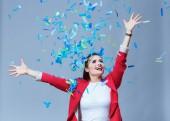 Portreit krásná šťastná žena na moje oslava s konfety. Narozeniny nebo nový rok eve oslavuje koncept.