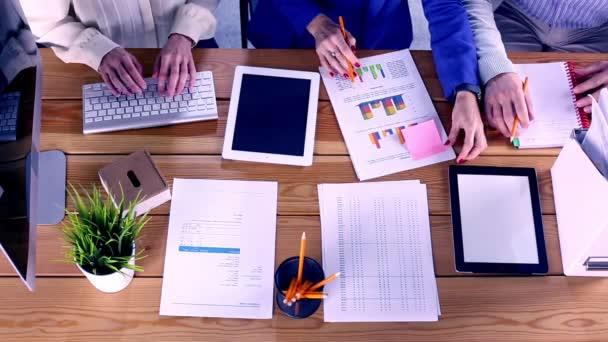 Hände von Geschäftsleuten-Mitarbeitern, die von oben am Holztisch arbeiten, Brainstorming-Teambesprechung, Draufsicht