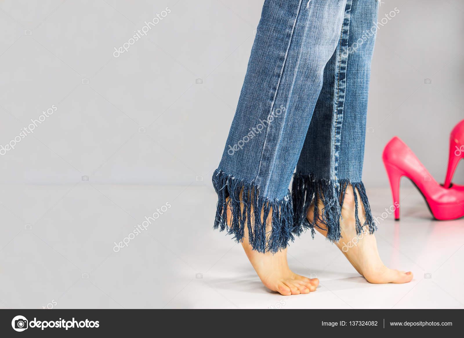 Jeans Grauem Barfuß Hintergrund Auf Sexy In Mit Beine Fransen kZOuTPXi