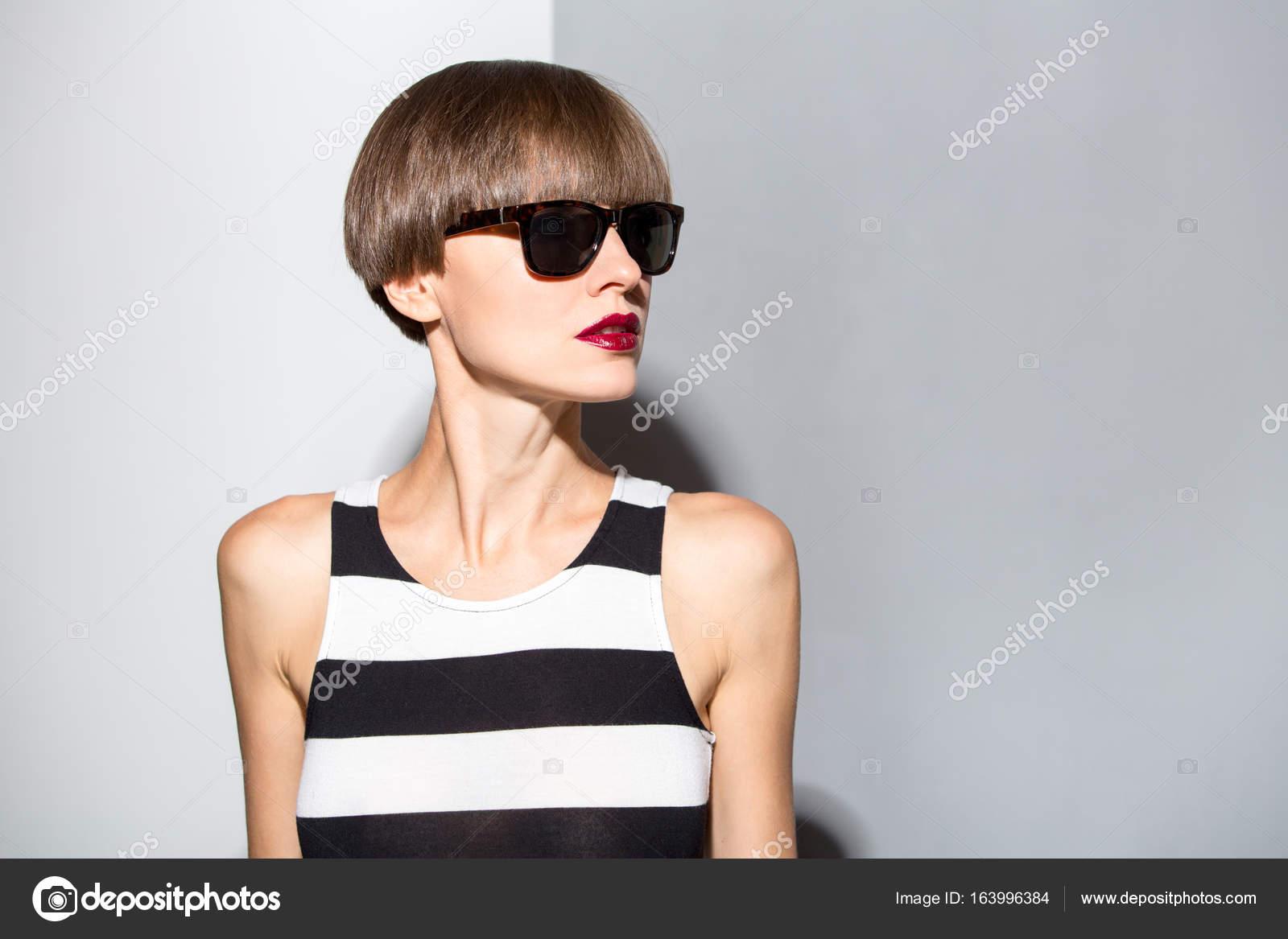 Schone Frau Mit Braune Kurze Haare Tragen Streifen Kleid Stockfoto