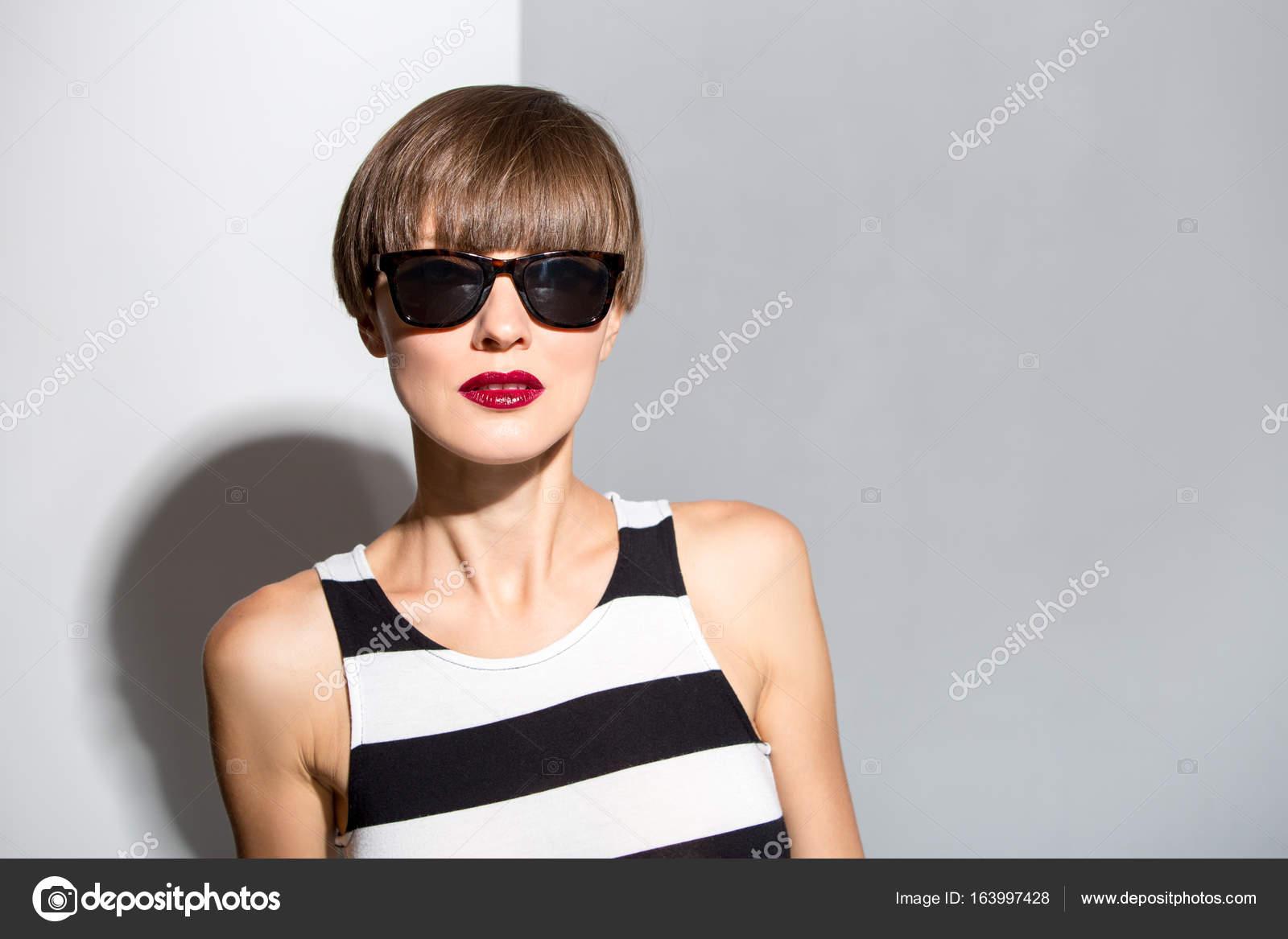 Schöne Frau Mit Braune Kurze Haare Tragen Streifen Kleid Stockfoto