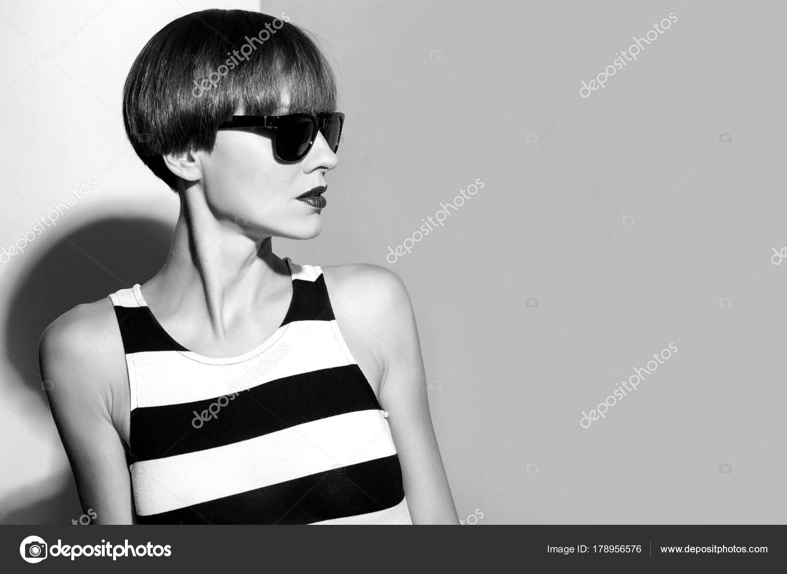 Schöne Frau Mit Braune Kurze Haare Tragen Streifen Auf
