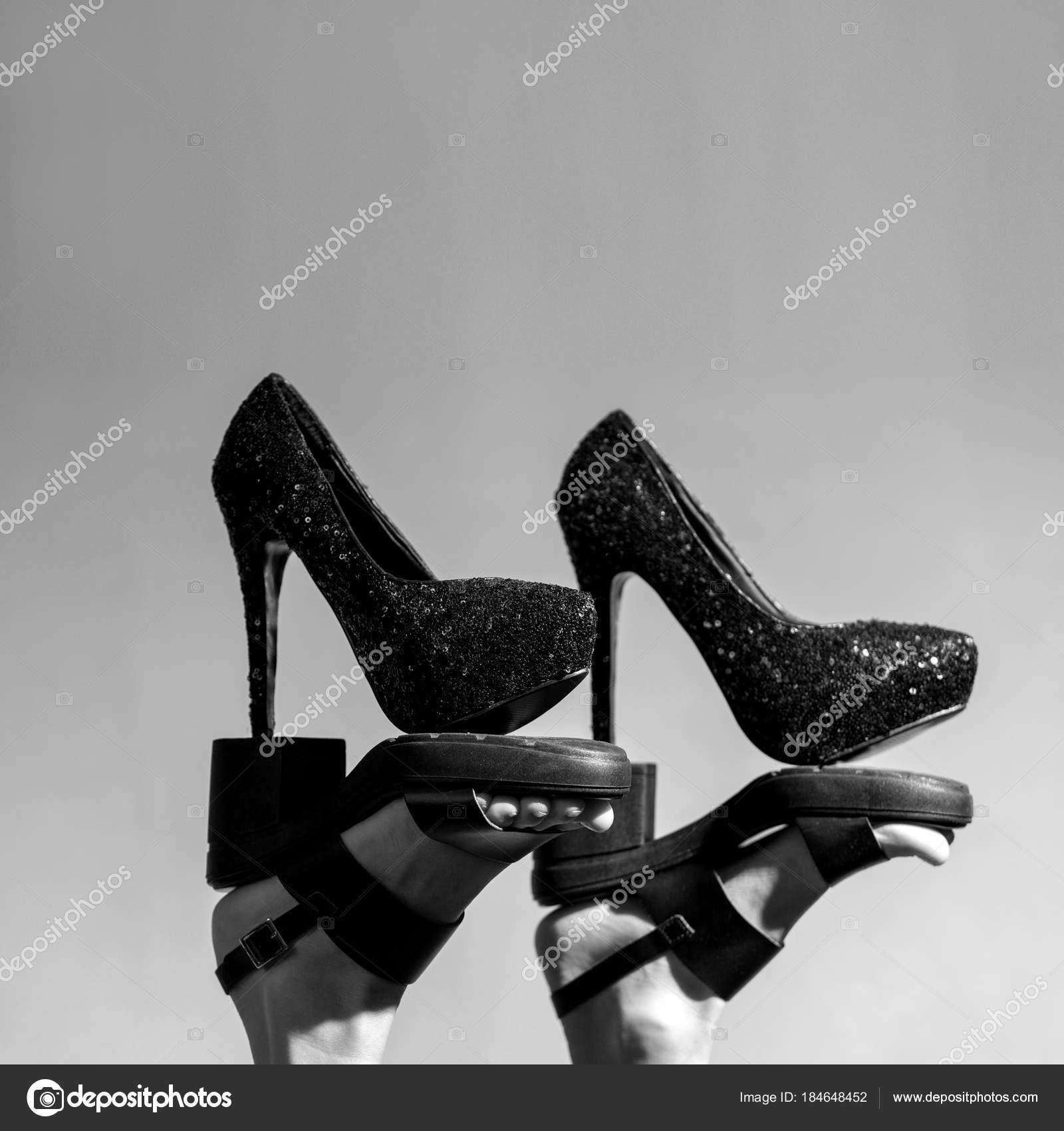 Szexi magas sarkú koncepció. Fekete-fehér divat kép női láb és cipő — Fotó  szerzőtől HappyCity b4e5c5f203