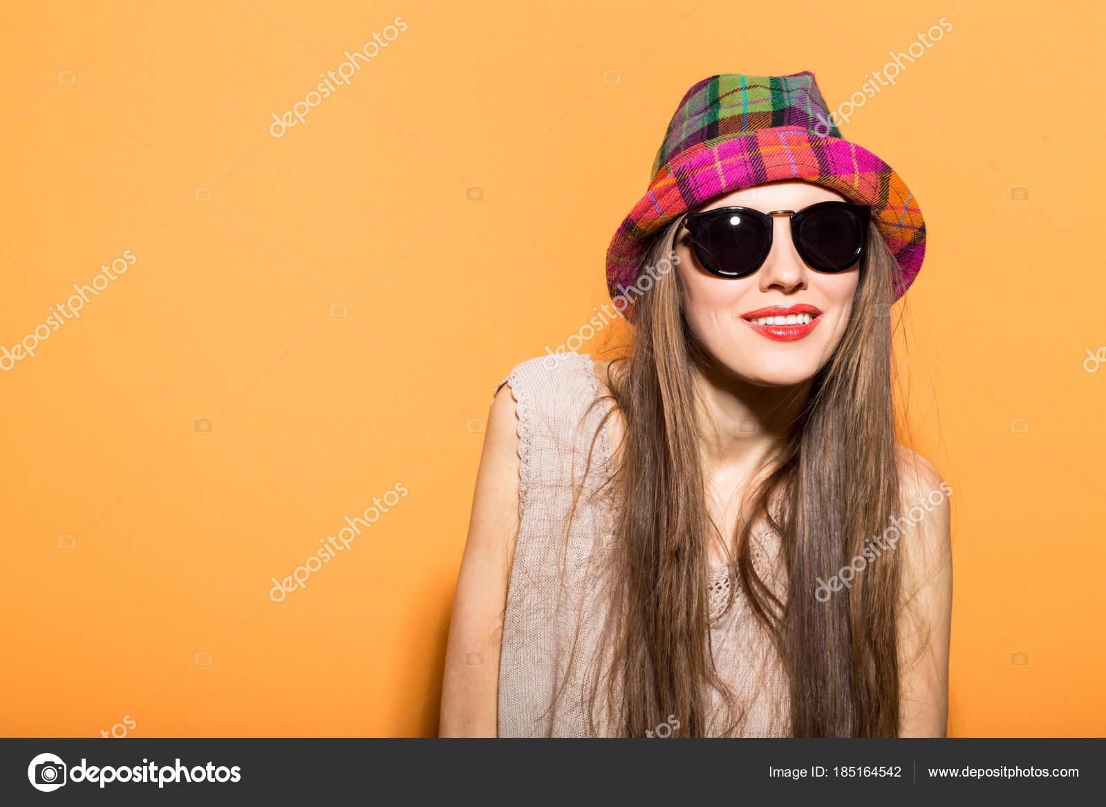 0ee2874417211 Foto Estilo Moda Uma Mulher Primavera Com Chapéu Óculos Escuros —  Fotografia de Stock