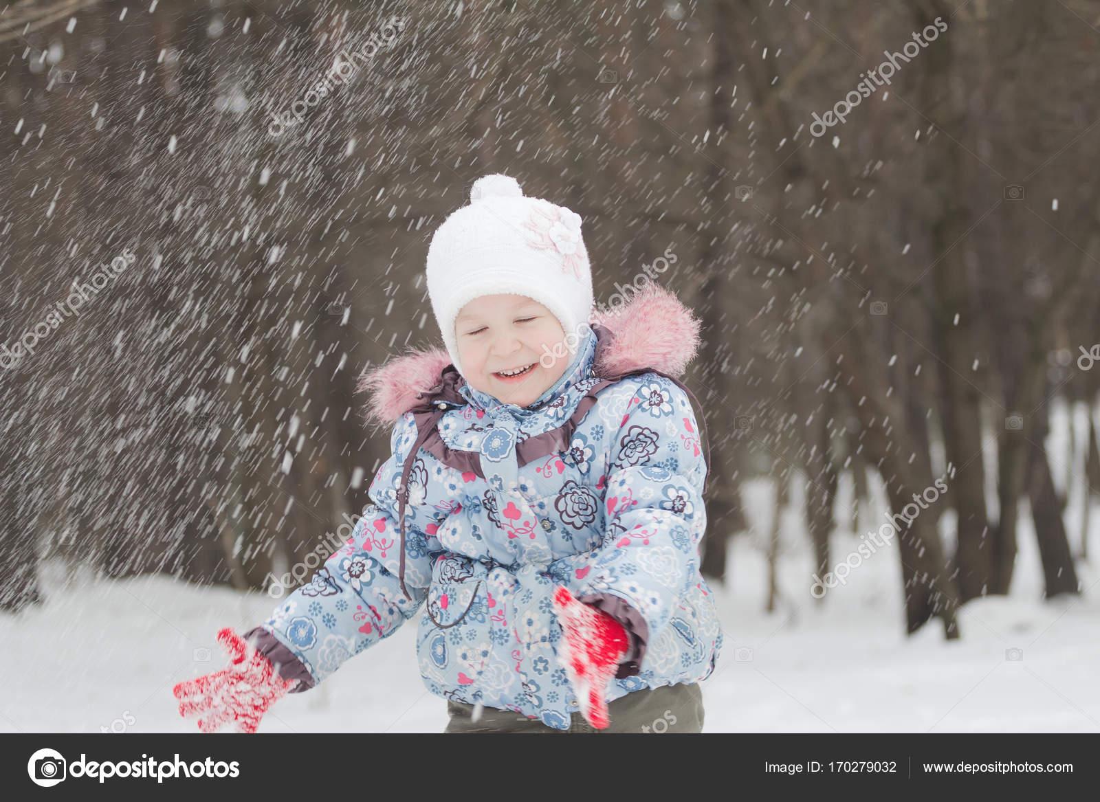 bdc095448 Lachen meisje gooien up wintersneeuw met haar handen — Stockfoto ...