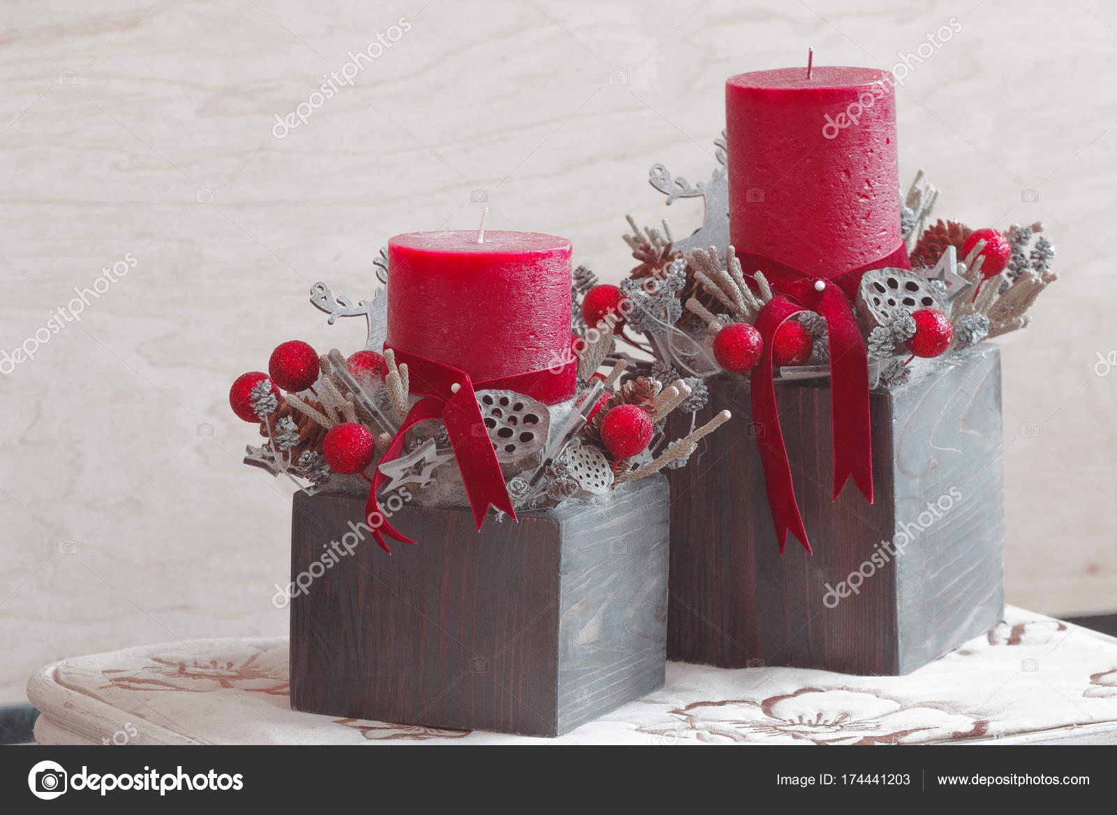 Decorare Candele Di Natale : Due decorazioni floreali di natale con le candele rosse u foto