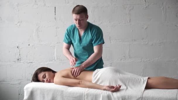Masážní skolióza. Dívka dostane potěšení z relaxační masáž zad