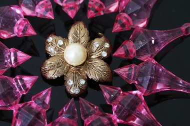 Gold brooch decorated with pearls