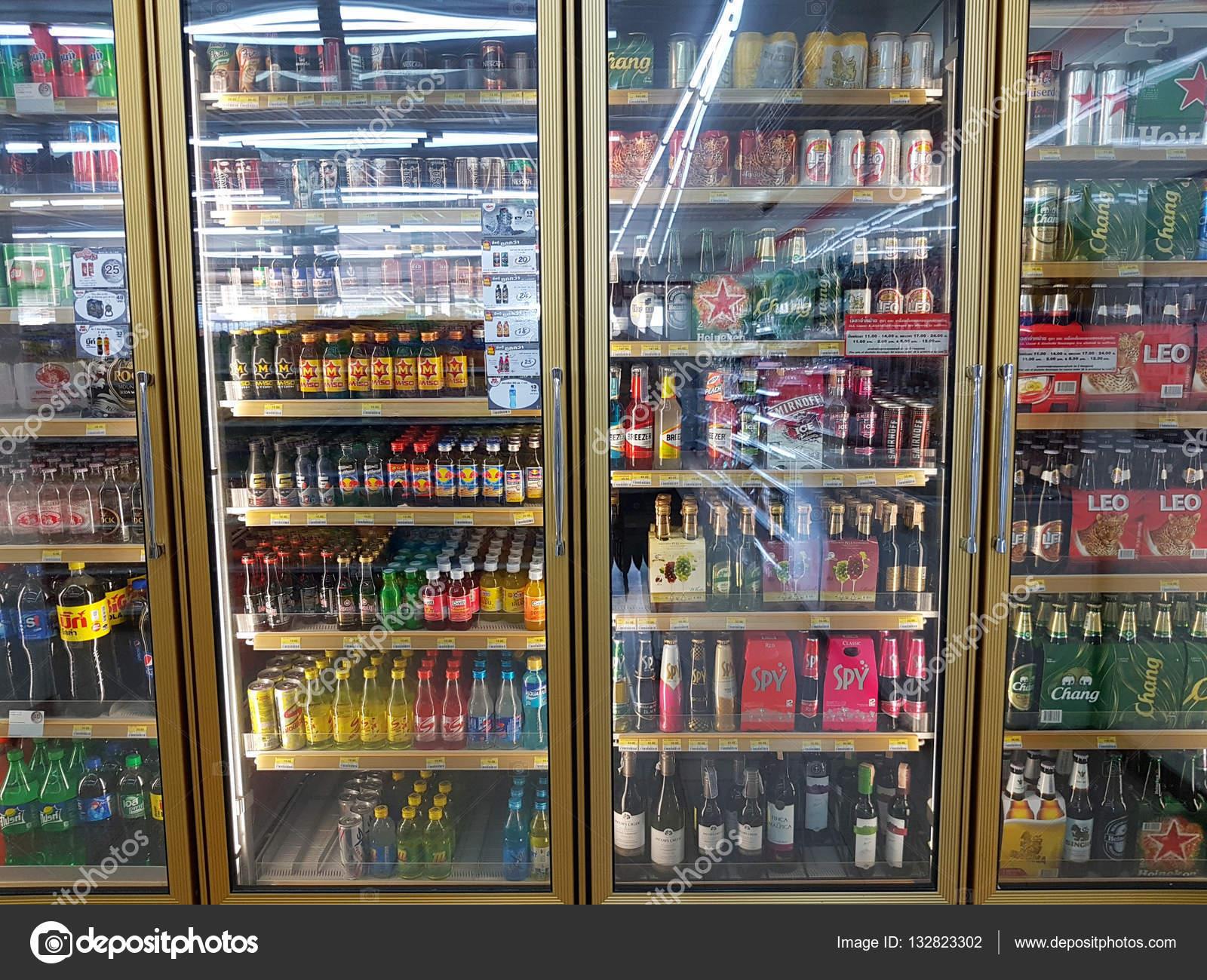 Chiang Rai, Thailand - November 26: verschiedene Marken von Flaschen ...