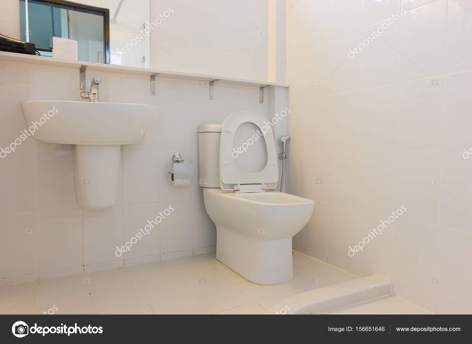Interieur witte wc pot in de badkamer u stockfoto a d
