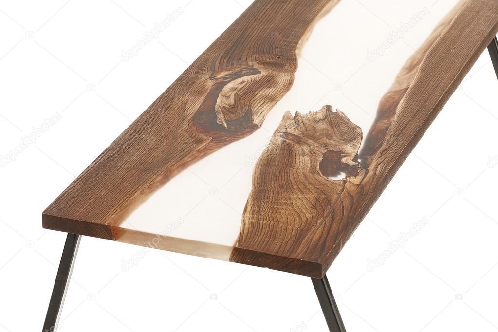 Tavolo in legno e resina epossidica su sfondo bianco for Tavolo resina epossidica