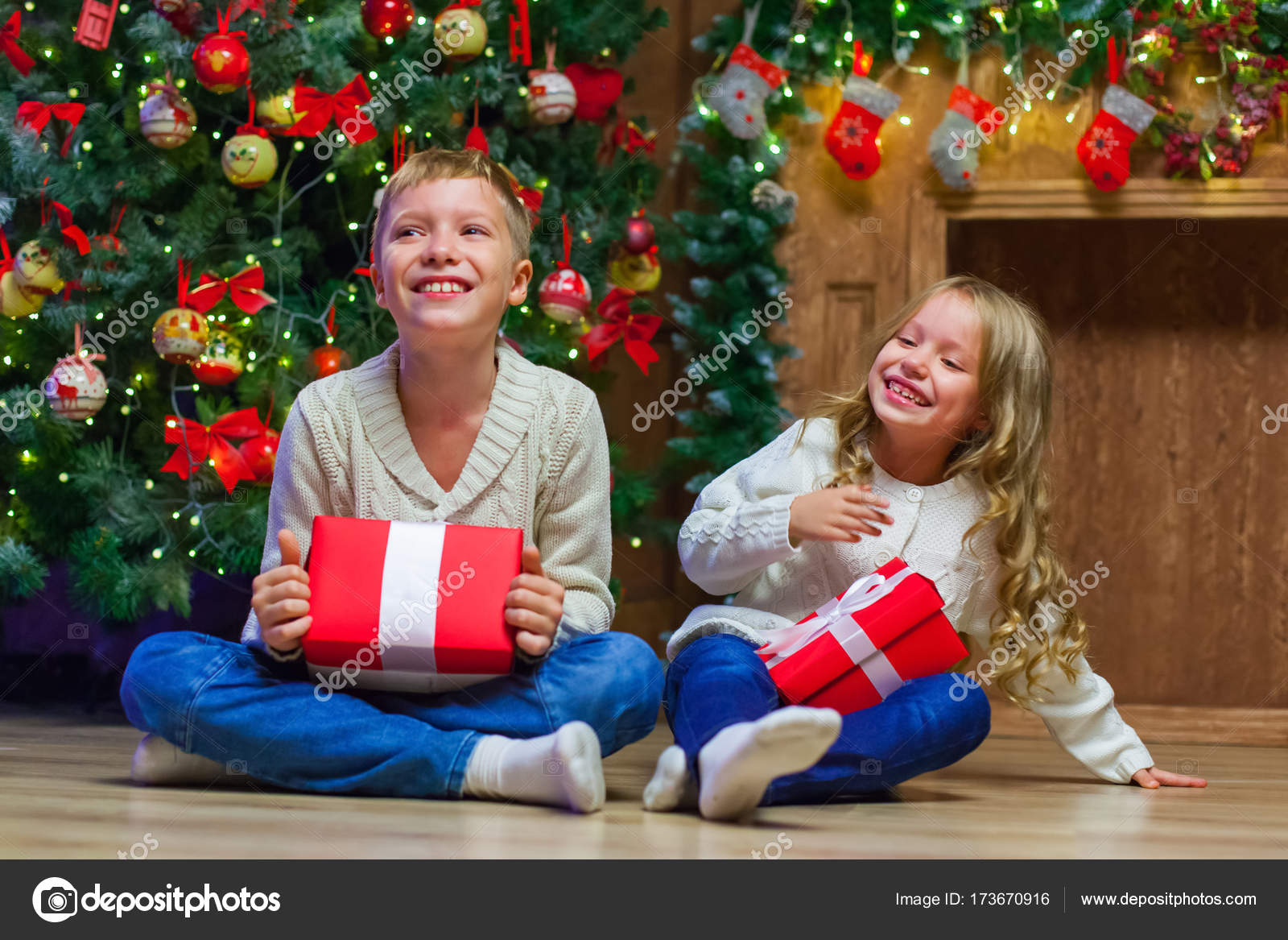 Geschenkideen Familie Weihnachten.Familie Am Heiligen Abend Am Kamin Kinder Weihnachten Geschenke