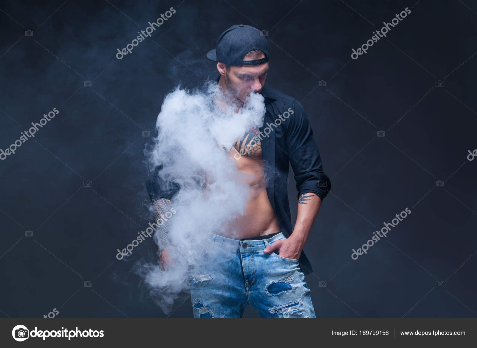 d3a68e219bfd Fotos: tatuajes de beisbol | Vaper. El hombre vestido con vaqueros ...