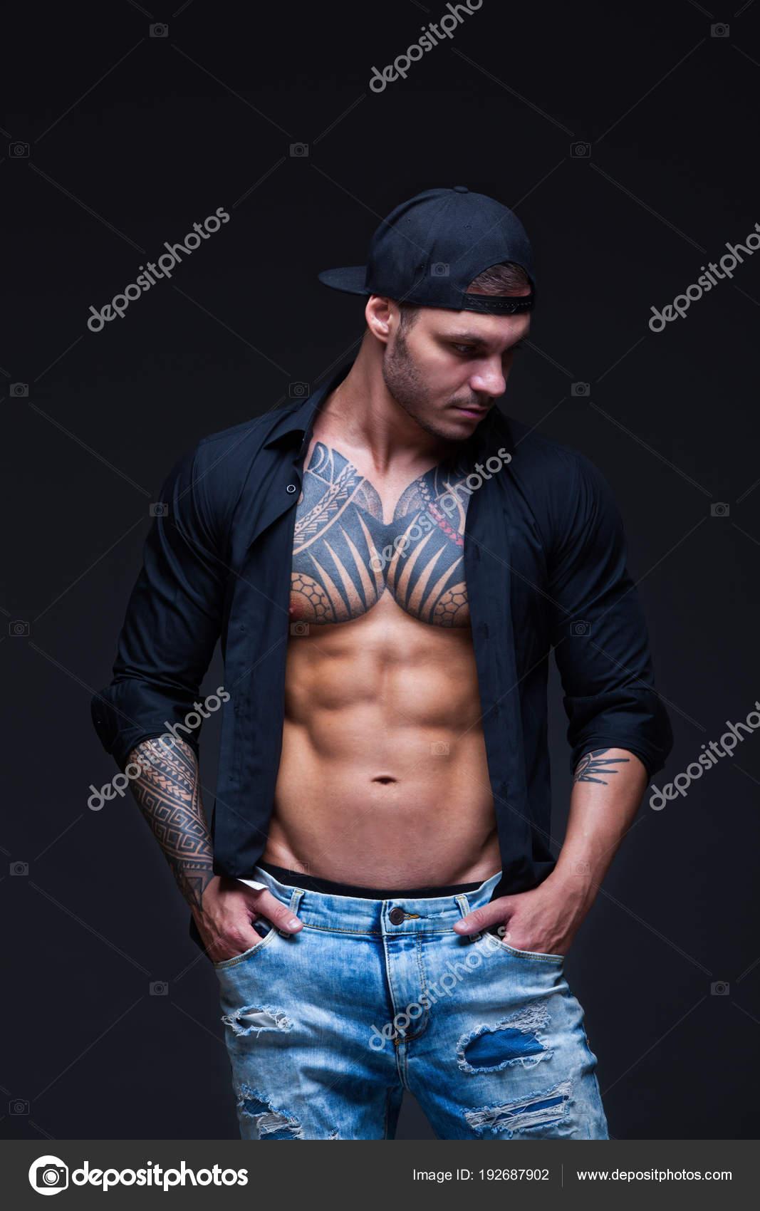 fd1b51040ce8 El hombre vestido con blue jeans, camisa negra y gorra de béisbol ...