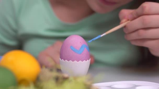 Frohe Ostern. Mädchen bemalen Ostereier. glückliche Familienkinder bereiten sich auf Ostern vor. niedliches kleines Mädchen mit Hasenohren am Ostertag aus nächster Nähe