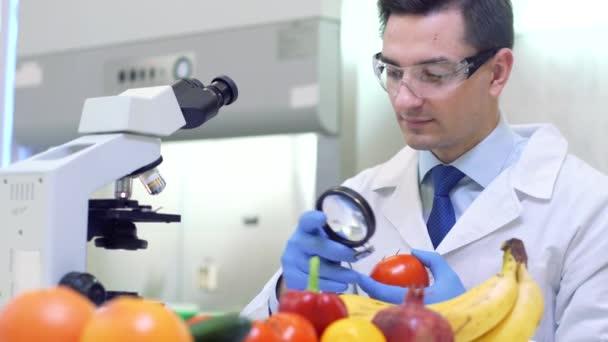 Laboratorní pracovníci vyšetřující ovoce a zeleninu a provádějící analýzy pesticidů a dusičnanů.