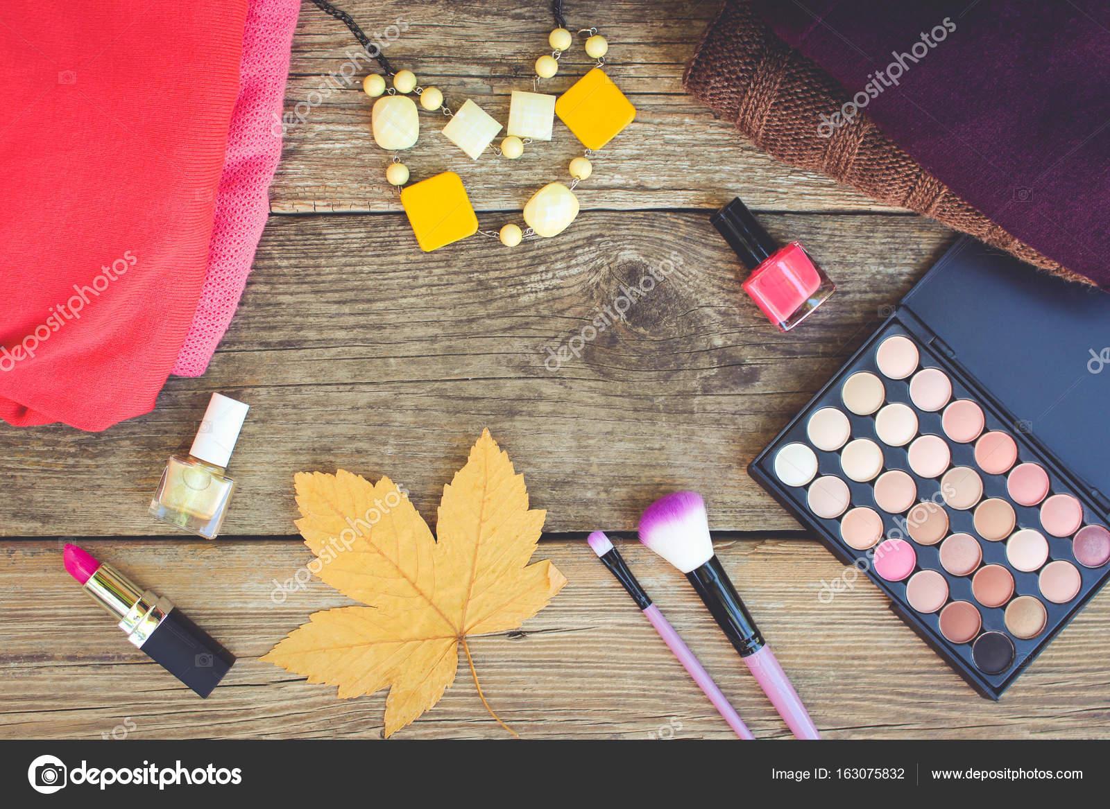 Damenbekleidung und Kosmetik: Pullover, Lippenstift, Nagellack ...