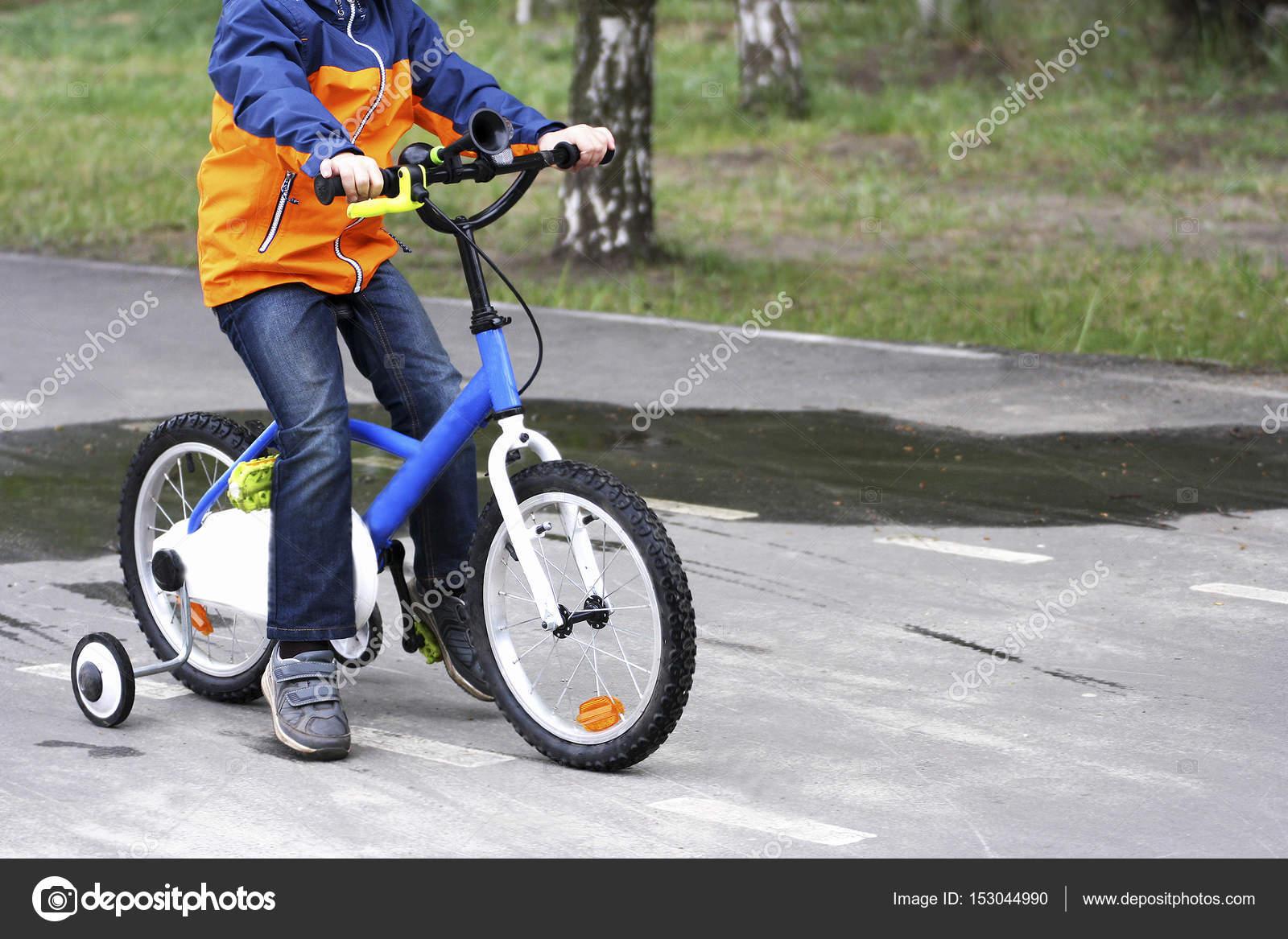 afc9ecf0a El niño montando en la bicicleta — Fotos de Stock © Ozii45  153044990