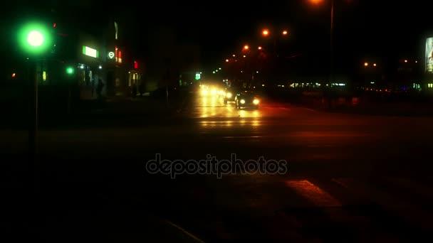 zrenjanin, serbia, 23. januar 2018: Autofahren bei Nacht; Autofahren durch die Straßen der Stadt bei Nacht, 4k Videoclip