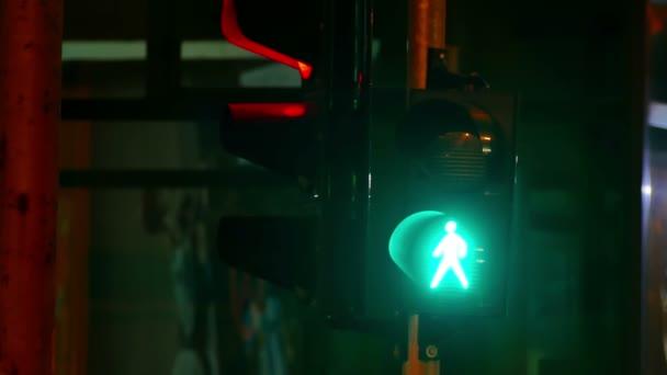 semaphore - Signalmeldung für den Verkehr; Verkehrsdurchsage für Fußgänger und Fahrzeuge, 4k Videoclip