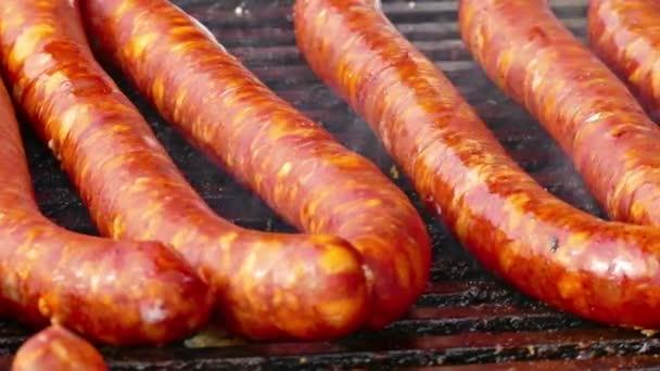 Tlustý a kalorické potraviny - grilovaná masa, vepřové klobásy a maso na grilu, 4k Video klip