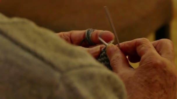 Žena je pletení zimní oblečení v close up, 4k Video klip