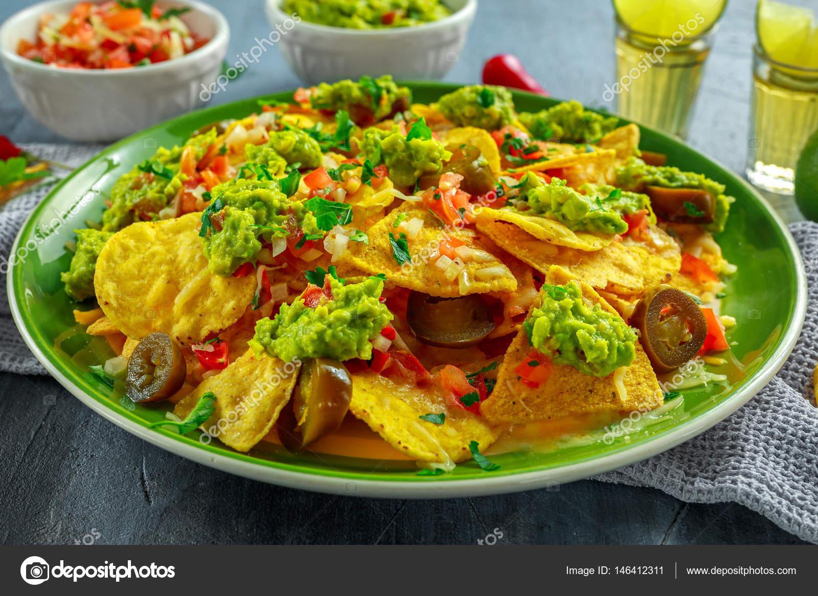 Favoriete Nachos met kaas, jalapeno pepers, rode ui, peterselie, tomaat  @GR53