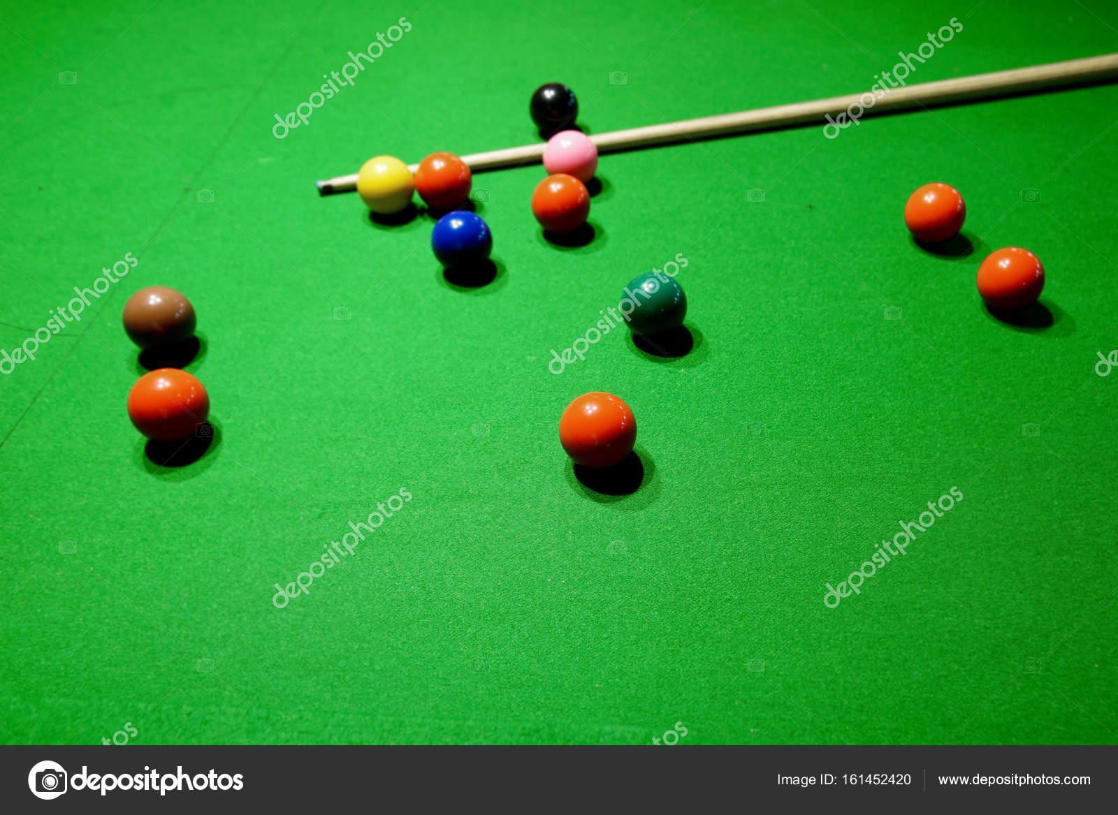 sfere dello snooker e cue sul tavolo da biliardo — Foto Stock ...